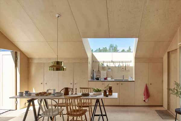 Sử dụng các tấm ván gỗ ép để trang trí trần nhà